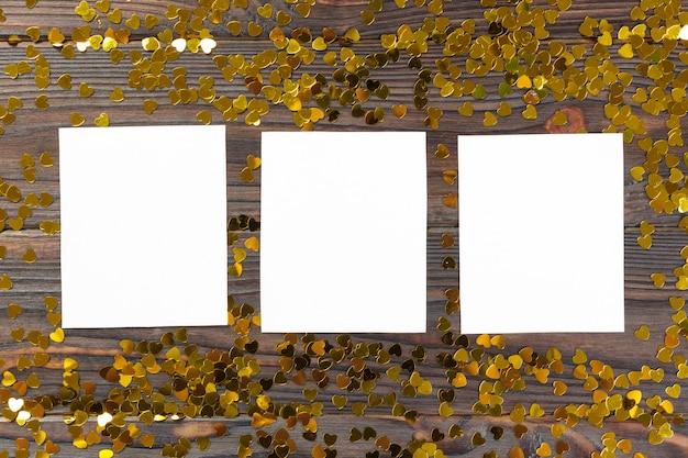 Nota de papel em branco com forma de coração no fundo de madeira grunge