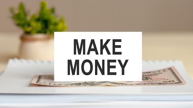 Nota de texto - ganhar dinheiro com os candidatos, conceito de negócio no bloco de notas. nota na parede