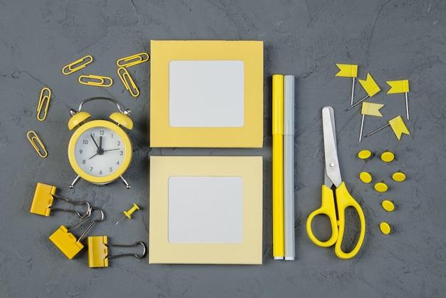 Nota em branco com despertador na mesa cinza, nota adesiva amarela