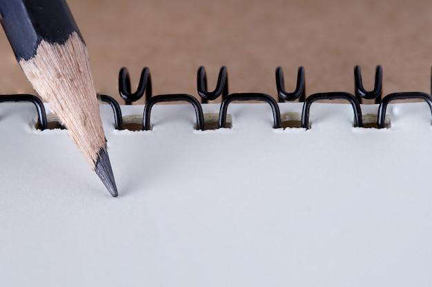 Nota livro capa com papel reciclado na mesa de madeira, cópia espaço para texto