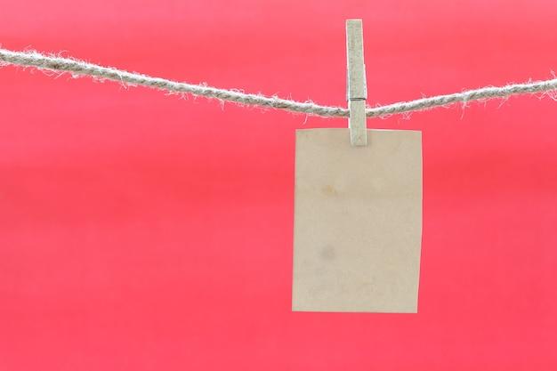 Nota marrom vazia na corda e no fundo vermelho.