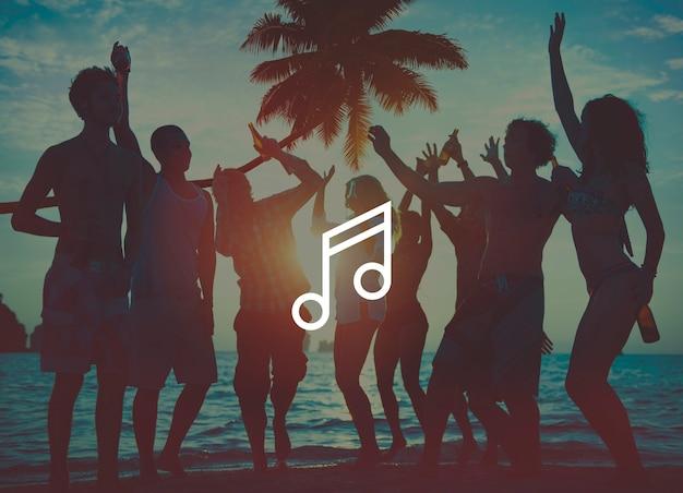 Nota musical sobre fundo de pessoas em festa na praia