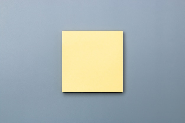 Nota pegajosa amarela com sombra dramática para adicionar espaço de cópia de texto