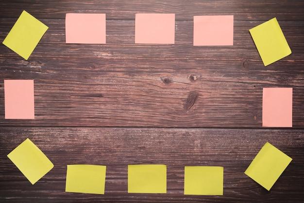 Nota pegajosa espaço em branco sobre os fundos de placa de madeira