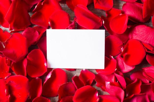 Nota vazia com espaço de cópia com pétalas de rosa fundo conceito de dia dos namorados