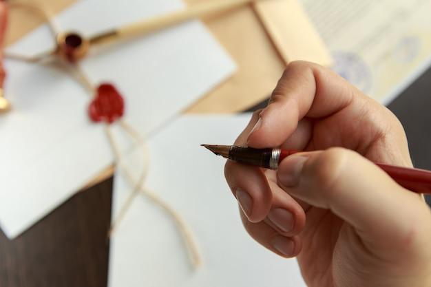 Notário assinando um contrato com caneta-tinteiro no conceito de quarto escuro. caneta empresário direito advogado advogado tabelião público