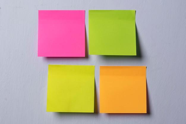 Notas adesivas coloridas na parede branca