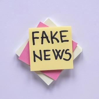 Notas adesivas com mensagens de notícias falsas