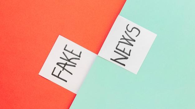 Notas adesivas com notícias falsas
