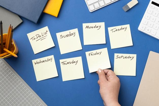 Notas adesivas de vista superior com lista de tarefas