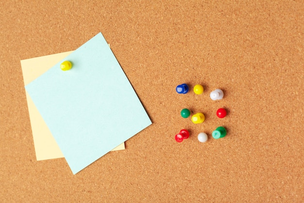 Notas auto-adesivas com pinos e espaço em branco