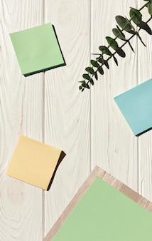 Notas auto-adesivas em fundo de madeira