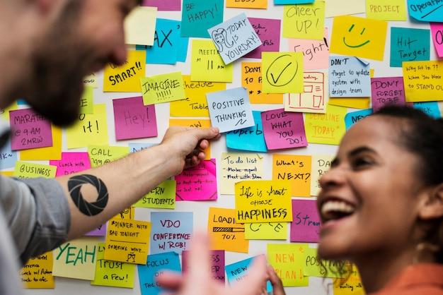 Notas auto-adesivas na parede do escritório