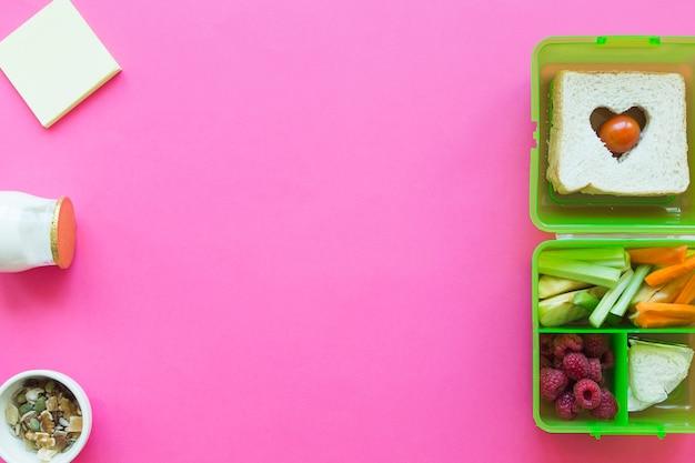 Notas auto-adesivas perto de comida saudável