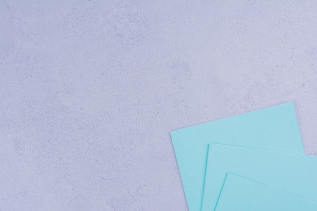 Notas azuis isoladas em cinza.