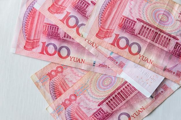 Notas chinesas de yuan renminbi em fundo de madeira