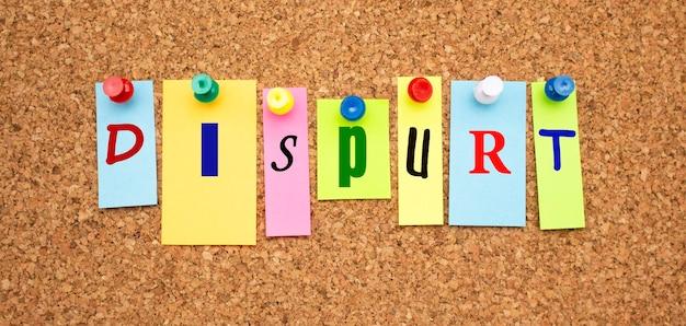 Notas coloridas com letras fixadas em um quadro