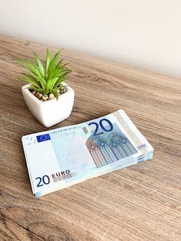 Notas com um valor nominal de vinte euros deitado como um leque sobre a mesa