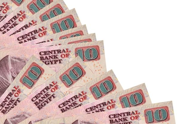 Notas de 10 libras egípcias estão isoladas em um fundo branco com espaço de cópia empilhados em um ventilador.