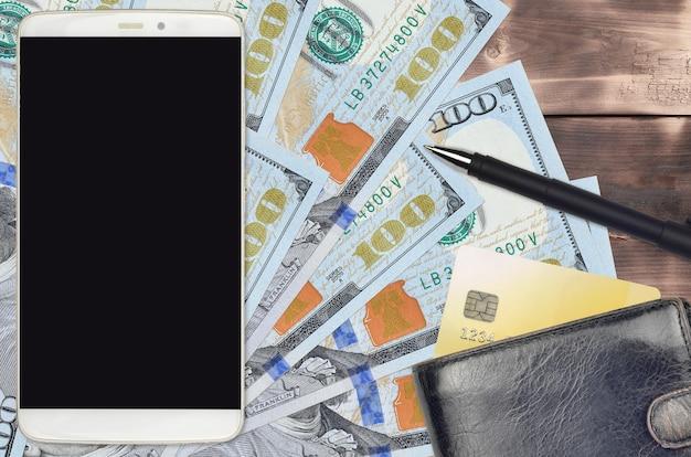 Notas de 100 dólares americanos e smartphone com bolsa e cartão de crédito. conceito de pagamentos eletrônicos ou comércio eletrônico. compras online e negócios com uso de dispositivos portáteis