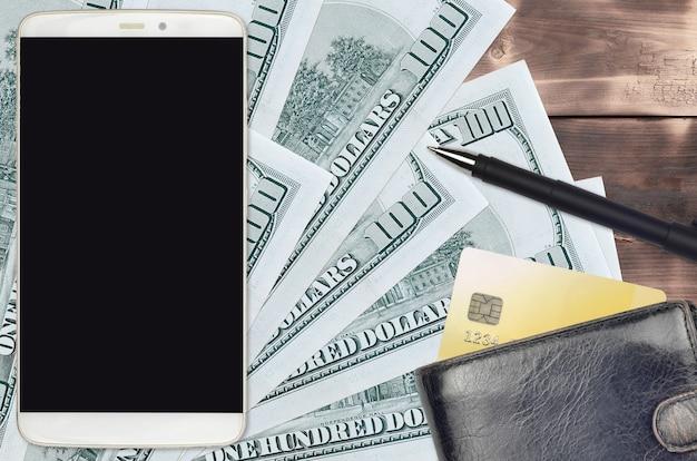 Notas de 100 dólares americanos e smartphone com bolsa e cartão de crédito