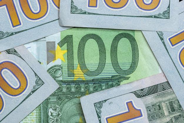 Notas de 100 dólares e 100 euros