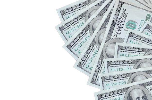 Notas de 100 dólares estão isoladas no fundo branco com espaço de cópia