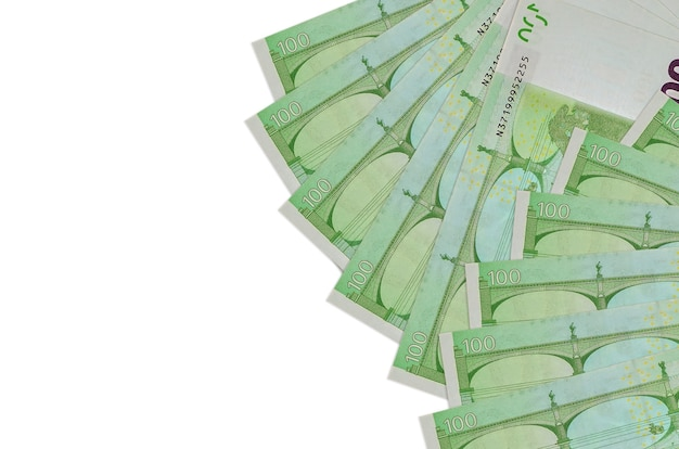 Notas de 100 euros encontram-se isoladas no fundo branco com espaço de cópia