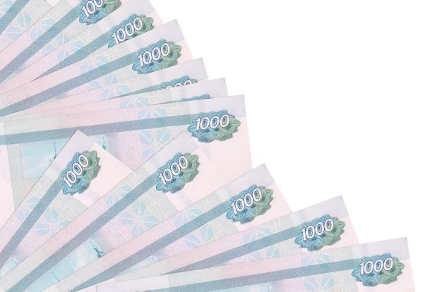 Notas de 1000 rublos russos encontram-se isoladas no fundo branco com espaço de cópia empilhados em um ventilador.