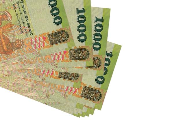 Notas de 1000 rúpias do sri lanka estão em um pequeno grupo ou pacote isolado no branco