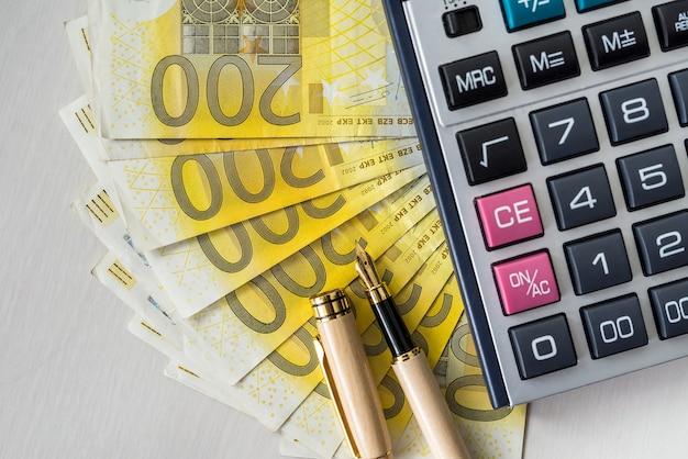 Notas de 200 euros com caneta e calculadora