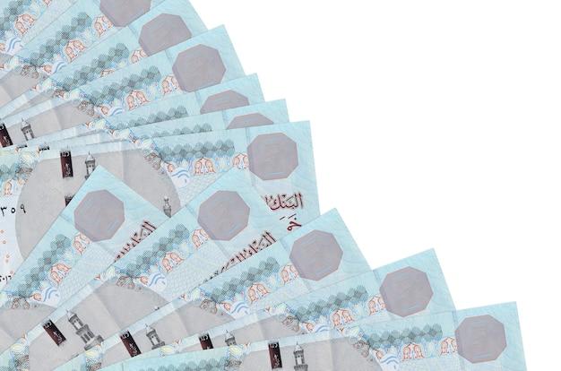 Notas de 5 libras egípcias estão isoladas em um fundo branco com espaço de cópia empilhados em um ventilador.
