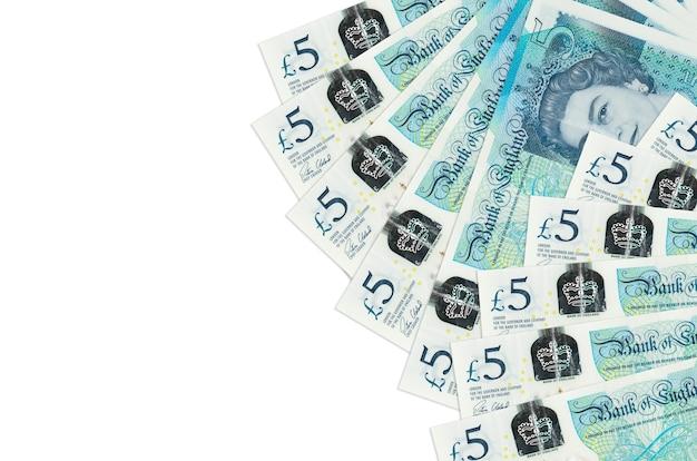 Notas de 5 libras esterlinas isoladas no fundo branco com espaço de cópia
