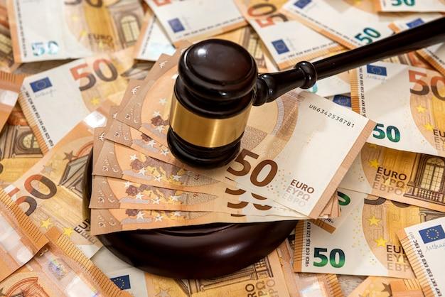 Notas de 50 euros com martelo de madeira como conceito de suborno. lei