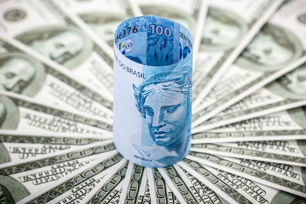 Notas de cem dólares cercadas por notas de cem dólares