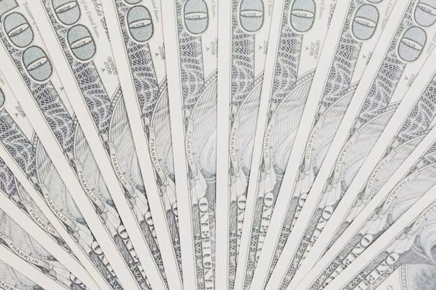 Notas de cem dólares espalhadas em forma de leque