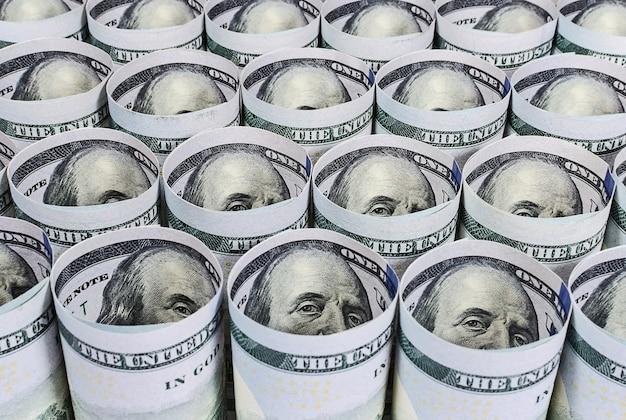 Notas de cem dólares torcidas de perto