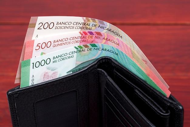 Notas de córdoba da nicarágua em uma carteira preta