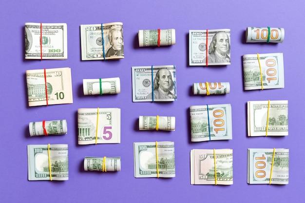 Notas de dinheiro americano cem dólares em cima wiev com texto copyspace nos negócios