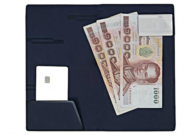 Notas de dinheiro, cartão de crédito de chip na almofada de deslizamento de sinal em fundo branco isolado para o conceito de crédito-banco-banco-cliente