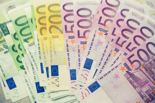 Notas de dinheiro de moeda euro. conceito de pagamento e dinheiro. cancelamento anunciado de notas de quinhentos euros. vista do topo. imagem enfraquecida