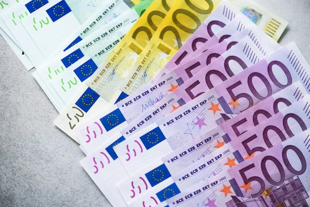 Notas de dinheiro de moeda euro. conceito de pagamento e dinheiro. cancelamento anunciado de notas de quinhentos euros.