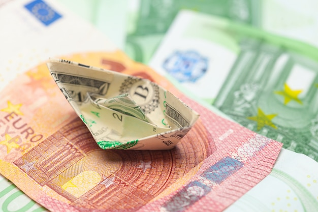 Notas de dinheiro e barquinhos de papel. conceito de negócios