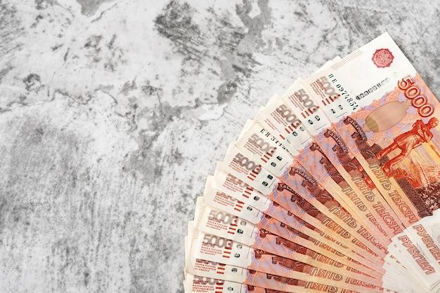 Notas de dinheiro russo de cinco mil rublos