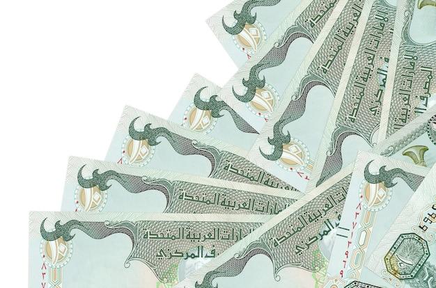 Notas de dirhams dos emirados árabes unidos dispostas em ordem diferente na superfície branca