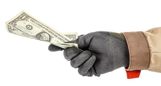 Notas de dólar americano na mão do trabalhador com luva protetora preta e uniforme marrom isolado no fundo branco