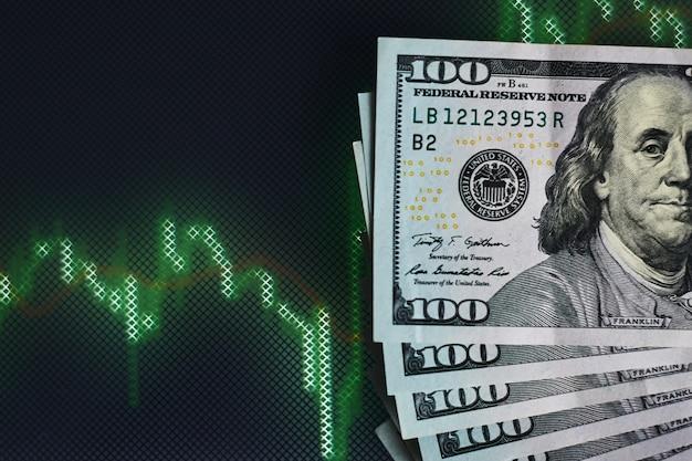 Notas de dólar americano no fundo com dinâmica de taxas de câmbio. conceito de risco financeiro e de negociação
