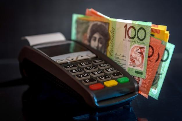 Notas de dólar australiano com terminal