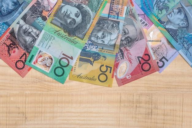 Notas de dólar australiano em leque em fundo de madeira