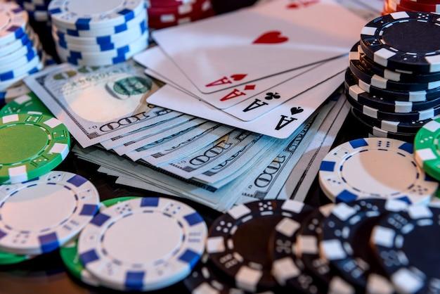 Notas de dólar com fichas de pôquer e cartas de jogar